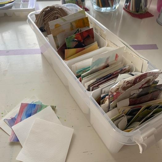 Foto på en låda med småpapper för klotter